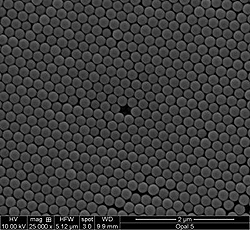 This is a close-up of the surface of the opal, taken with a scanning electron microscope. The ethanol-responsive gel used in the device would fill the spaces between the rows of regularly spaced nanoparticles that comprise the opal