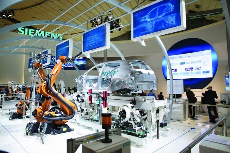 Auf dem Weg zu Industrie 4.0: Vollautomatische Türenmontage am Siemens-Stand in Hannover