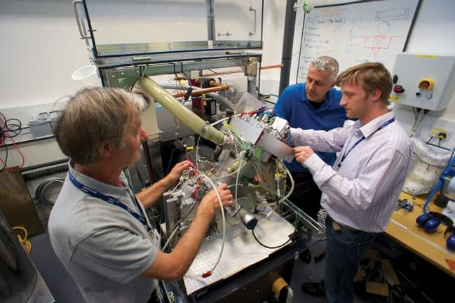 /h/c/b/Peter_Dearman_and_engineers_working_on_the_Dearman_engine.jpg