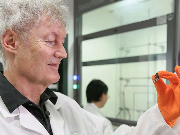 Michael Grätzel holds a vacuum-flashed cell. Image Alain Herzog/EPFL