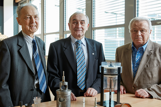 Miroslav Sedlácek, centre, with colleagues Vladimir Novák and Vaclav Béren, and a prototype rolling fluid turbine