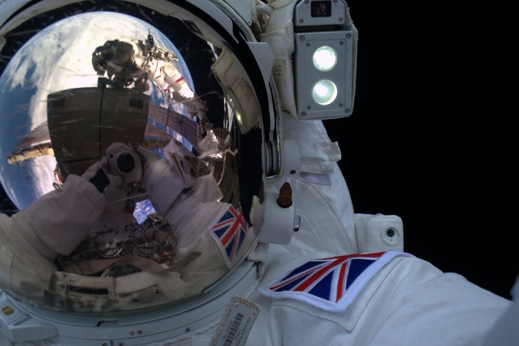 Tim_s_spacewalk_selfie